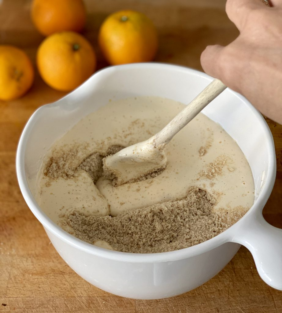 Die trockenen Zutaten werden unter die Ei-Masse gehoben.
