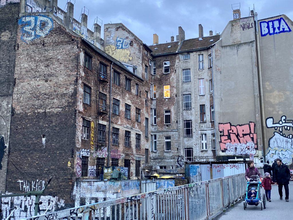 unsaniertes Haus über Eck in Berlin Prenzlauer Berg mit Graffiti