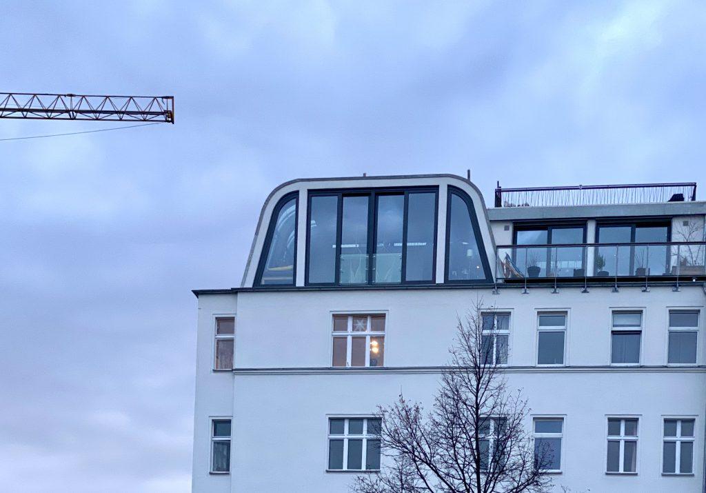 Dachgeschoss in Prenzlauer Berg, Kran von links