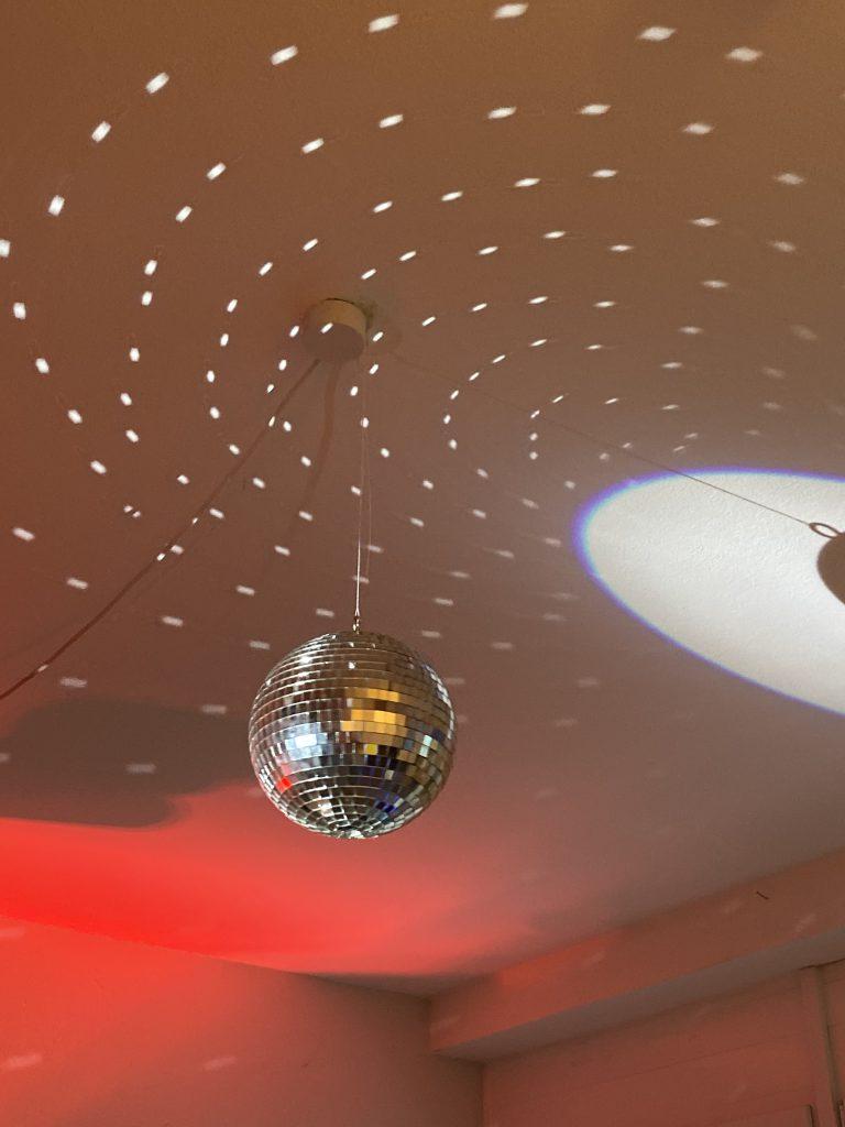 Disco-Kugel an Zimmerdecke