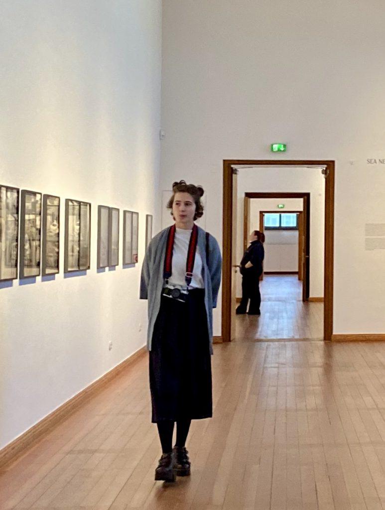 Frau bei der Ausstellung im Gropius-Bau