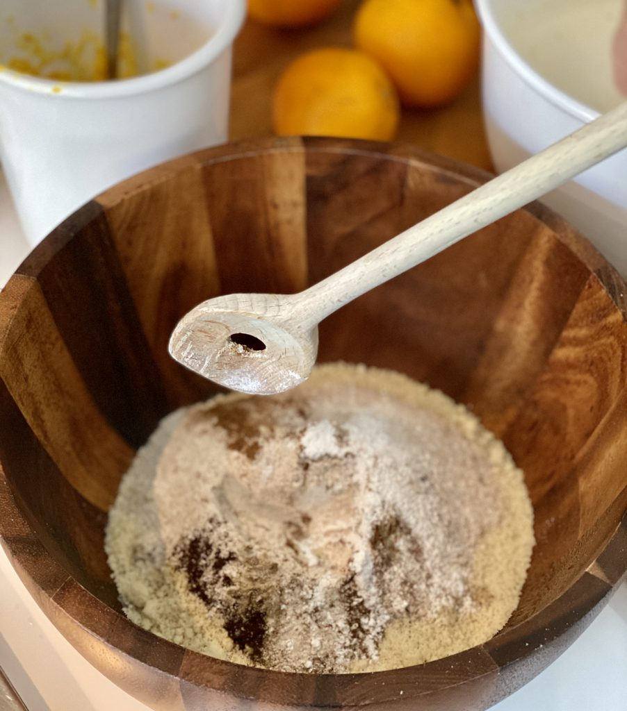 Der Orangen-Mandel-Kuchen hat ein zartes Aroma nach Gewürzen, die aber den Orangen-Geschmack nicht überdecken sollen. Im Bild: Schüssel mit alles trockenen Zutaten inkl. Gewürzen.