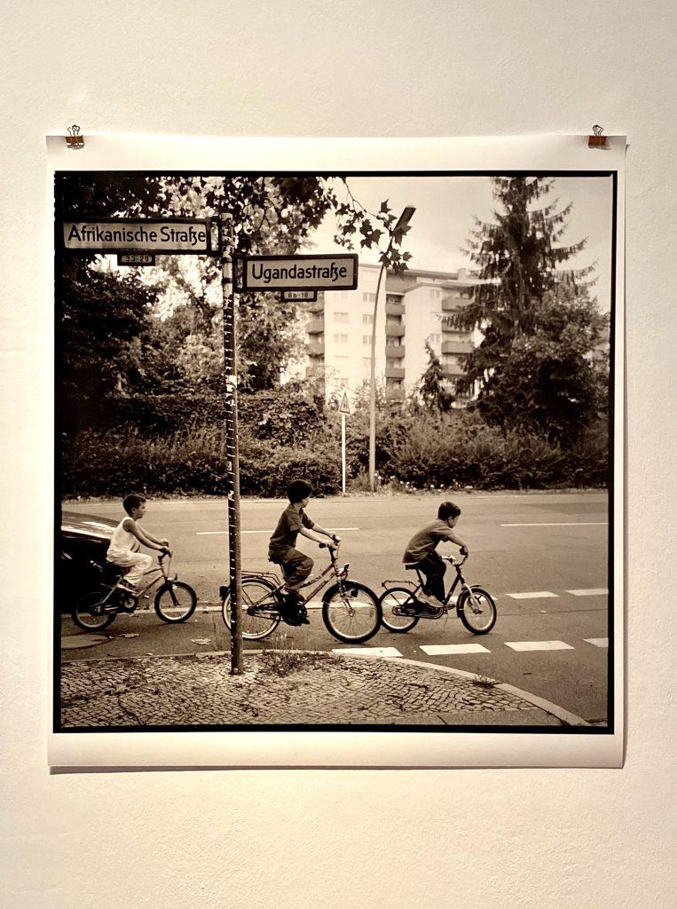 Ein perfekter Tag in Berlin haben auch diese Jungen auf dem Bild: Sie fahren hintereinander auf einem Radweg in der Ugandastraße