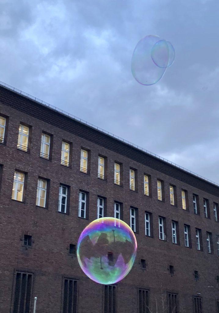 großes altes Gebäude mit Riesen-Seifenblase davor