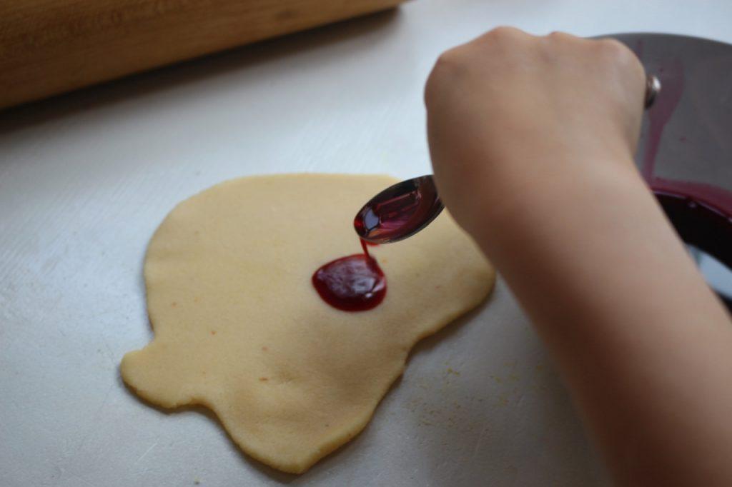Um Marzipan-Eier selbst gemacht und den Teig rot zu färben, gibt man Rote-Bete-Saft auf den Teig und knetet ihn ein.