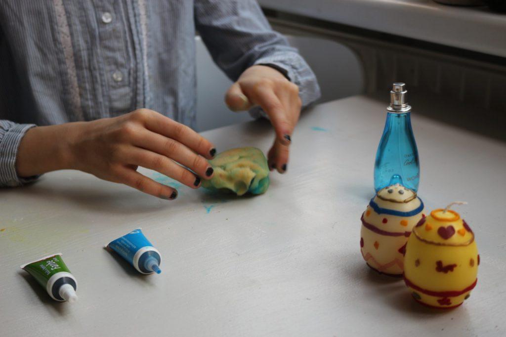 Einarbeiten von grüner Lebensmittelfarbe in die Marzipan-Masse, um grüne Marzipan-Eier selbst gemacht