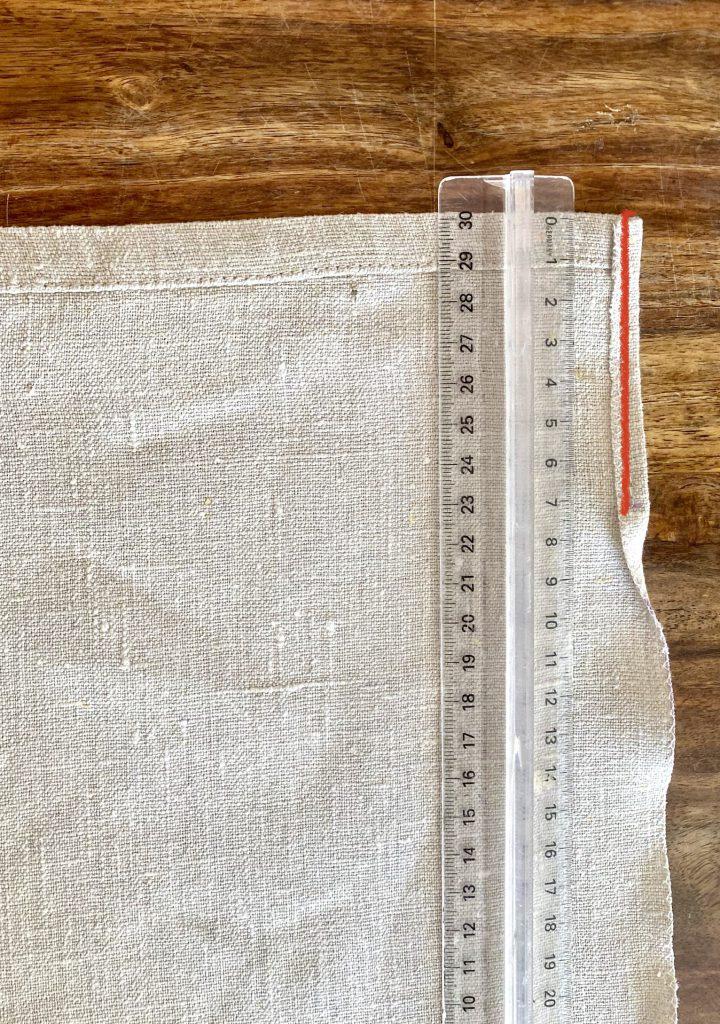 7 cm vom Rand der Stoffstücke aus Leinen müssen umgenäht werden