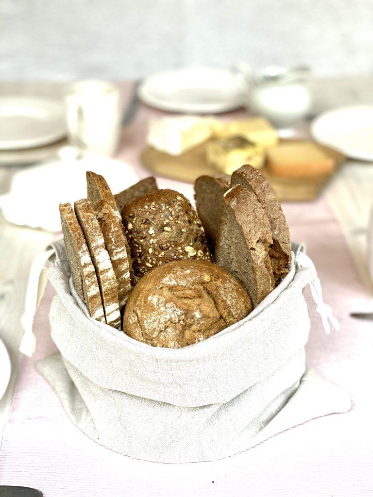 Brotkorb aus Brotbeutel mit Vollkornbrötchen