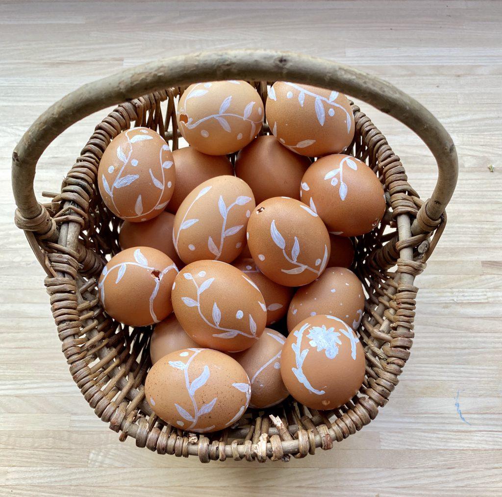 ca. 20 weiß verzierte Eier in Körbchen, um braune Eier am Osterstrauß aufzuhängen