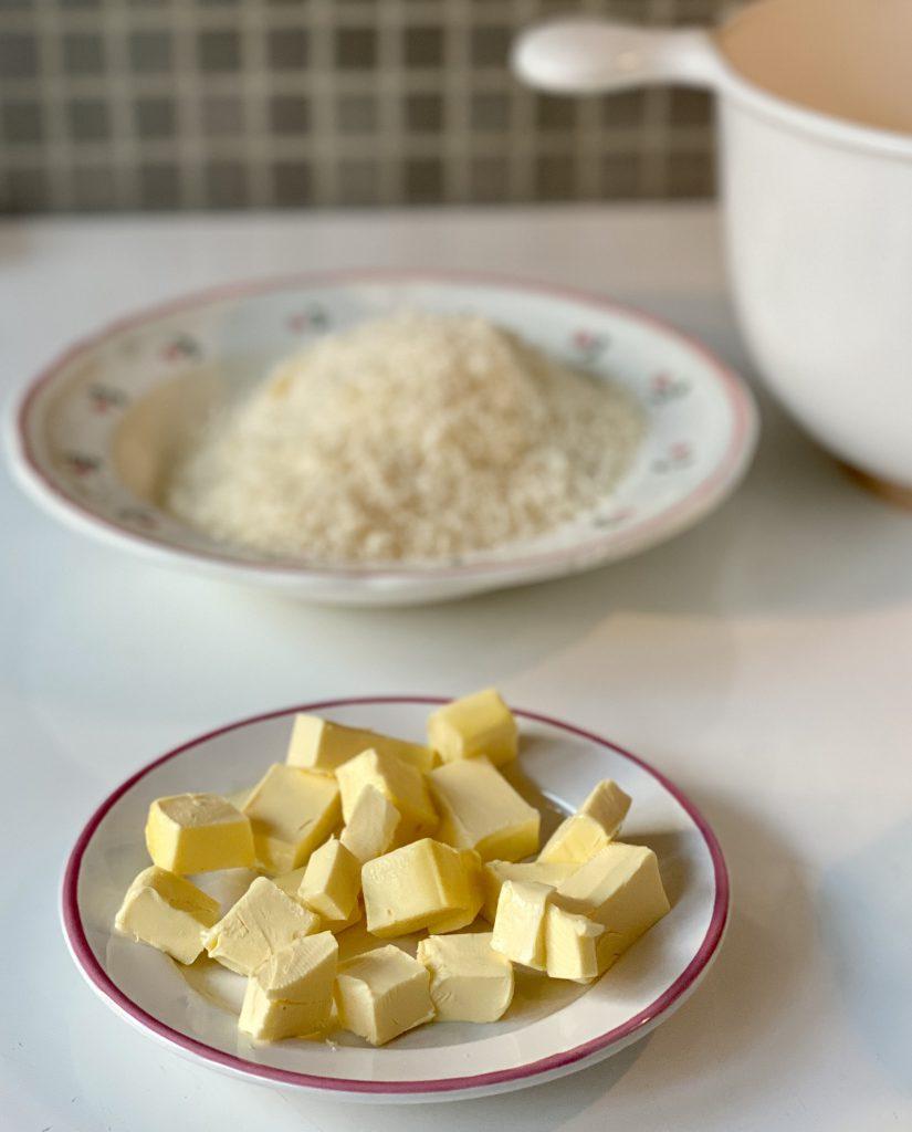Butterstückchen auf Teller