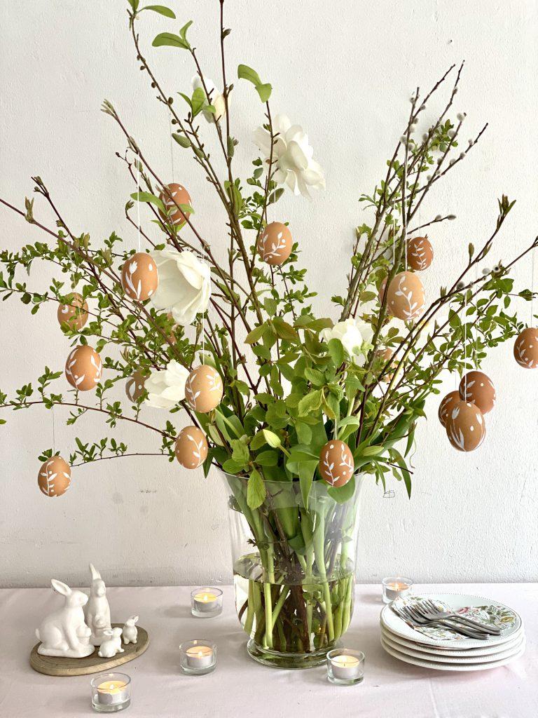 Ganzer Strauß mit vielen braunen Eiern, weiß verziert