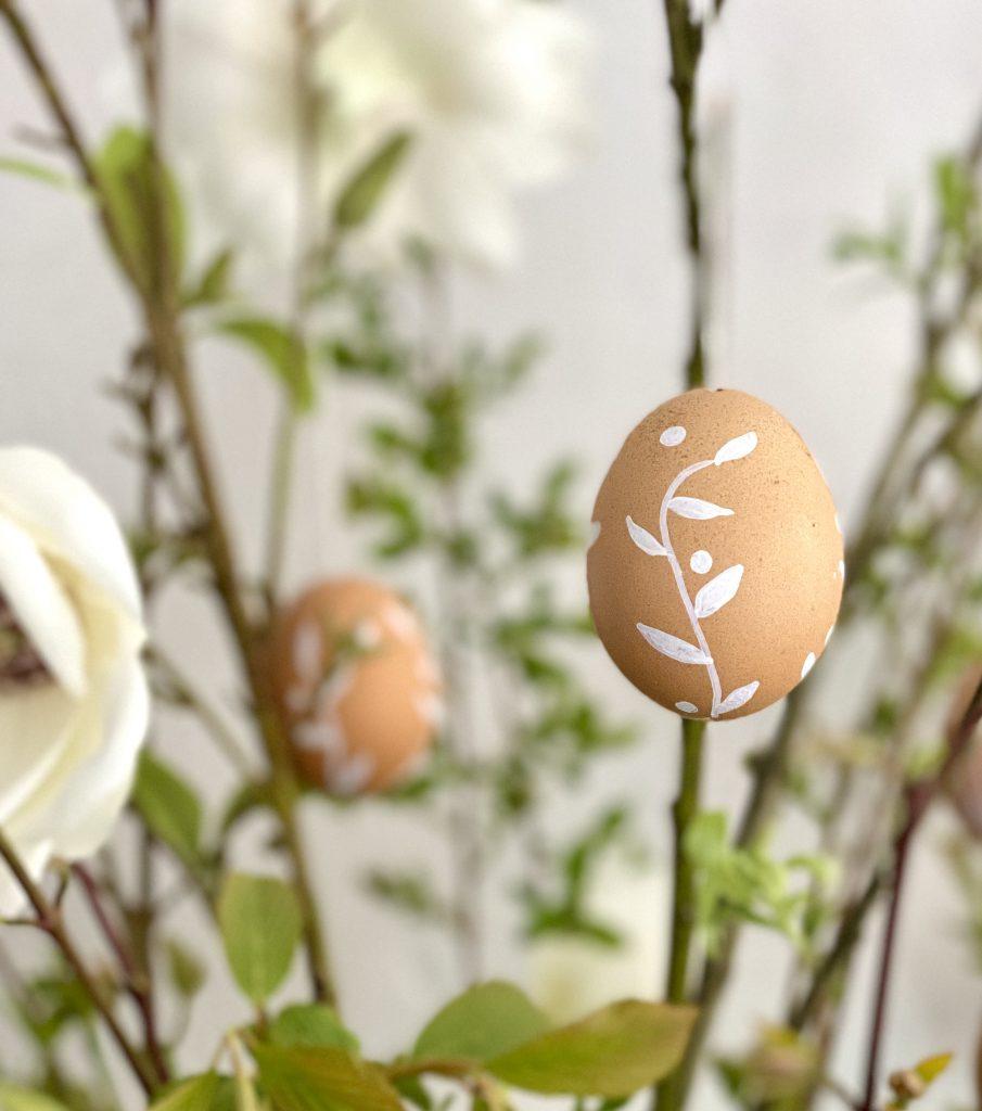 2 braune Eier am Osterstrauß mit Blumenranken und Punkten