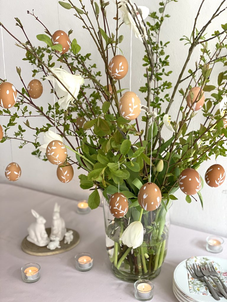 Viele braune Eier an üppigem Osterstrauß