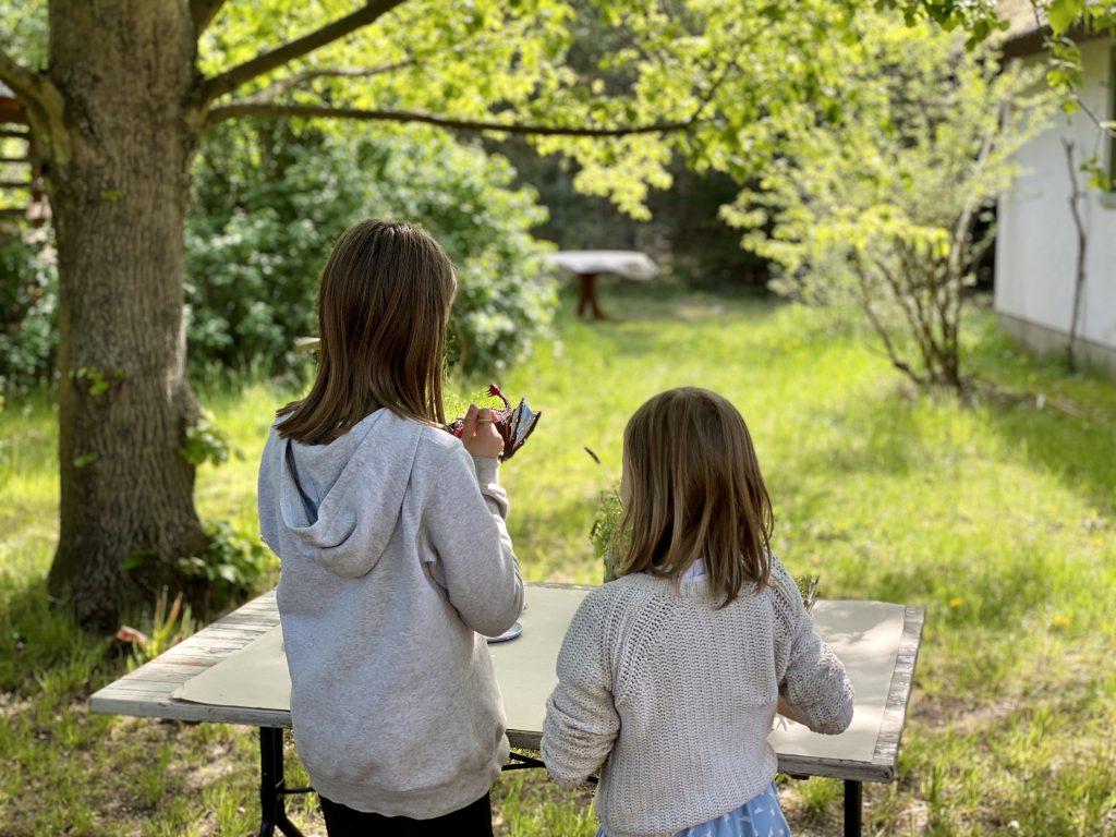 Kinder bemalen im Garten einen Schleich-Drachen. Auch das gehört zum kreativen Spiel mit Barbies dazu.