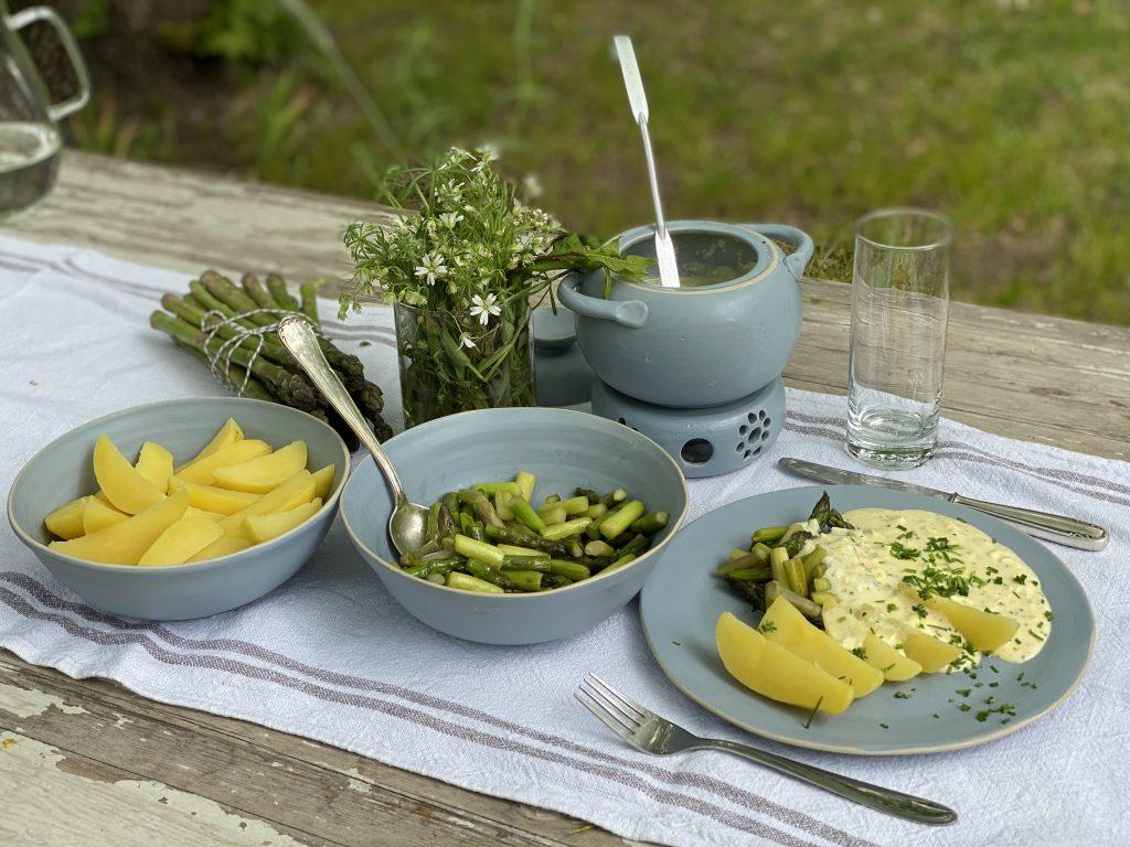 Gedeckter Tisch mit dem besonderen Spargel-Rezept im Grünen