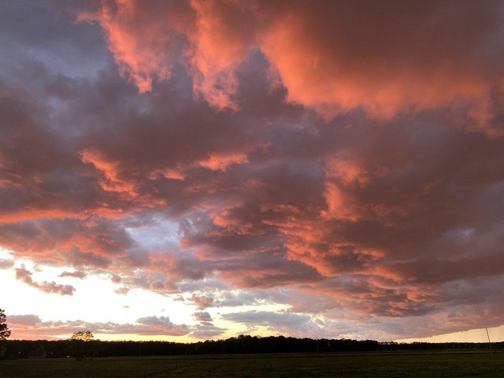 Der dritte meiner Glücksmomente der Woche: ein rot glühender Wolkenhimmel