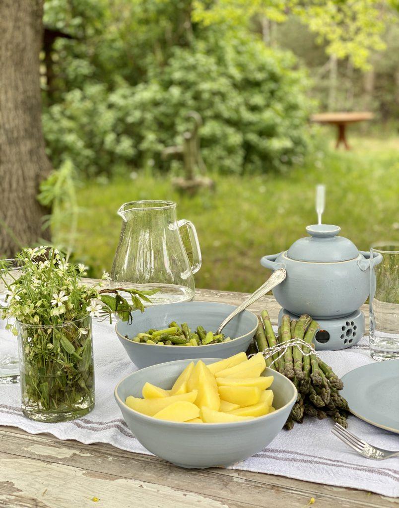Ein so besonderes Spargel-Rezept schmeckt am besten draußen, wenn im Mai alles blüht und grünt.