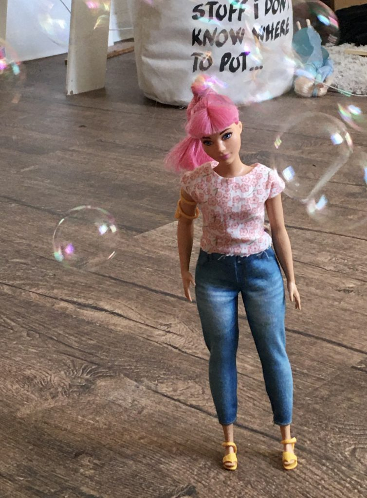 Kreativ mit Barbies spielen: Meine Tochter hat die Barbie inmitten von Seifenblasen fotografiert.