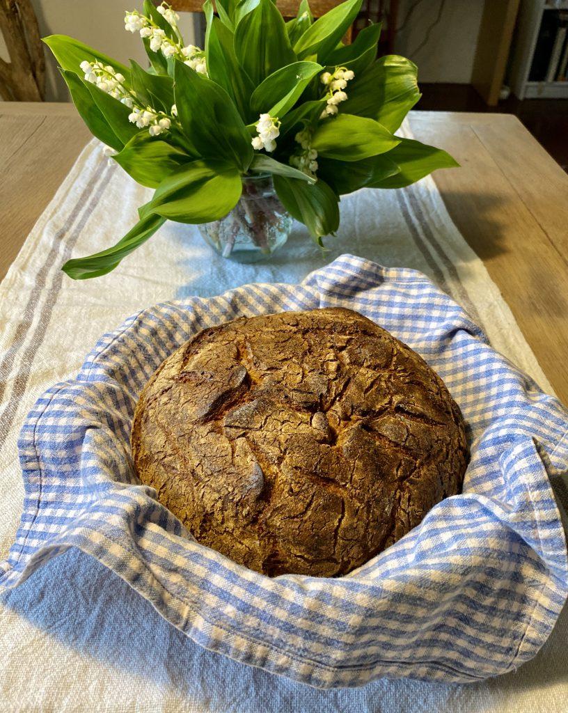 Der zweite meiner Glücksmomente der Woche: Ein echtes, richtig leckeres Sauerteigbrot - selbst gebacken!