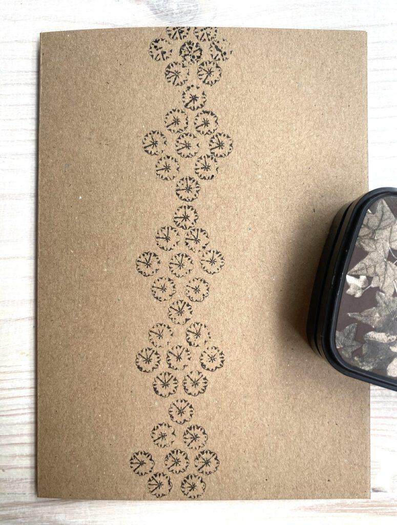 graphische Form aus Stempeln mit Mohnkapseln