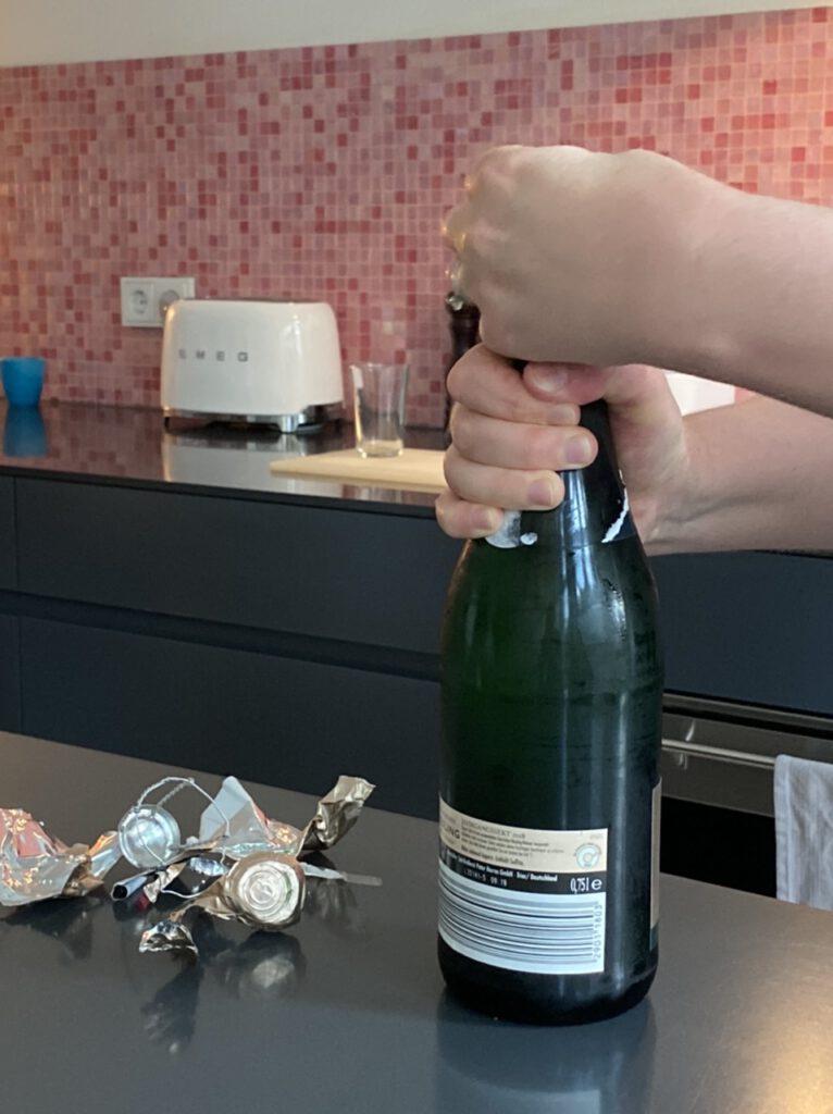 Einer meiner Glücksmomente der Woche vom 25. Juni bis 1. Juli 2020 war der Besuch bei meiner Schwägerin. Hier öffnet sie eine Flasche Sekt (nah)