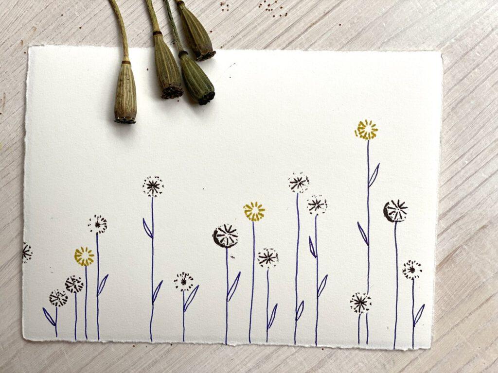verschiedene Stempel aus Mohnkapseln als Blüten, mit Steilen und Blättern aus Füllfedertinte ergänzt