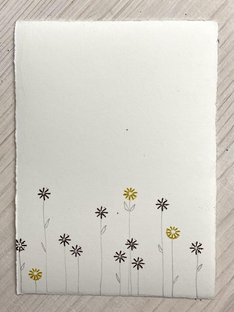 Stempeln mit Mohnkapseln: verschiedene Stempel mit Bleistift zu Blumen ergänzt.