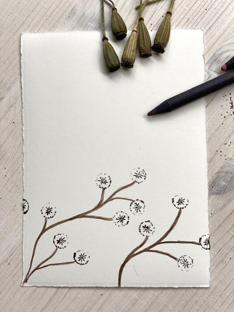 Japanisch anmutende Zweige mit Blüten aus Stempeln mit Mohnkapseln