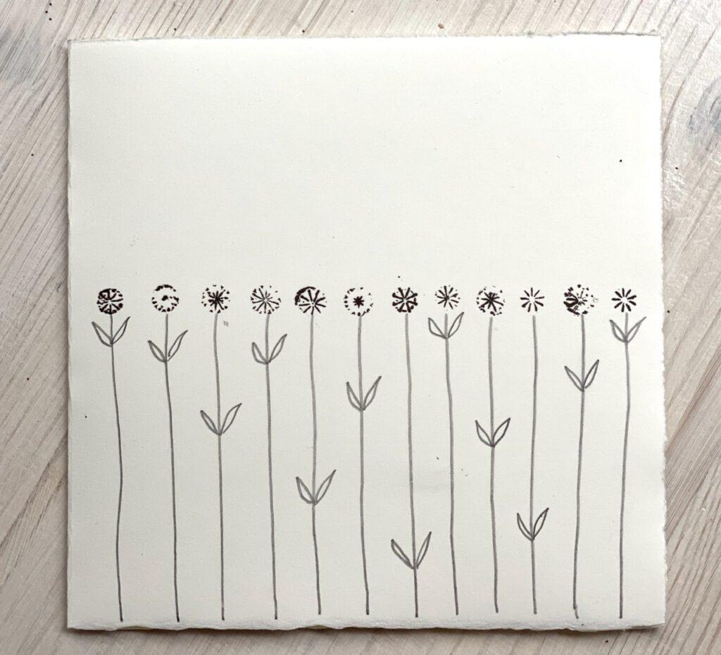 stilisierte Blumenreihe; alle Blüten nebeneinander aus verschiedenen Mahnkapsel-Stempeln,
