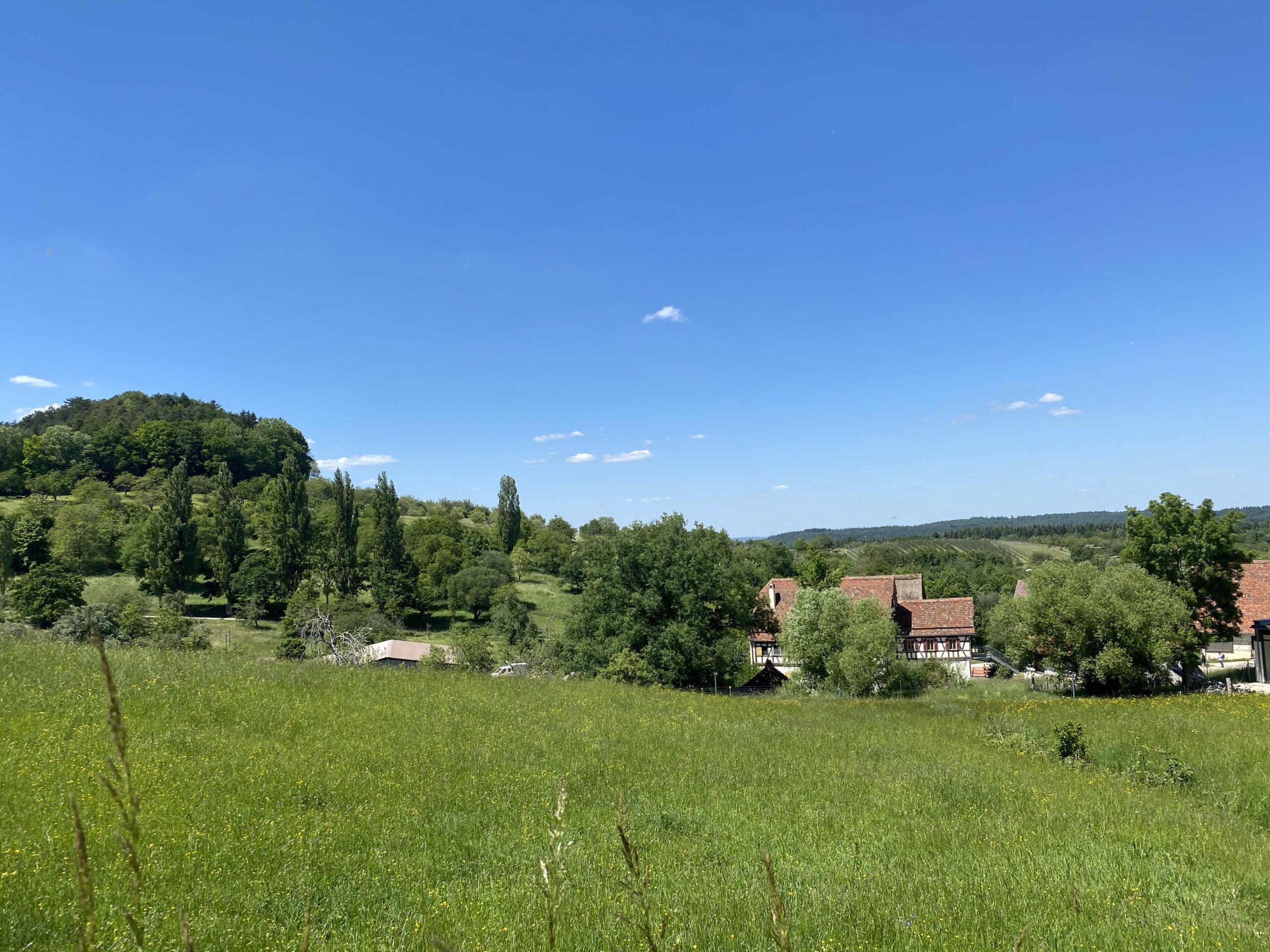 2. Glücksmoment der Woche vom 28. Mai bis 3. Juni 2020: Freilichtmuseum Beuren mit Fachwerkhäusern auf der schwäbischen Alb zwischen Hügeln und Wiesen