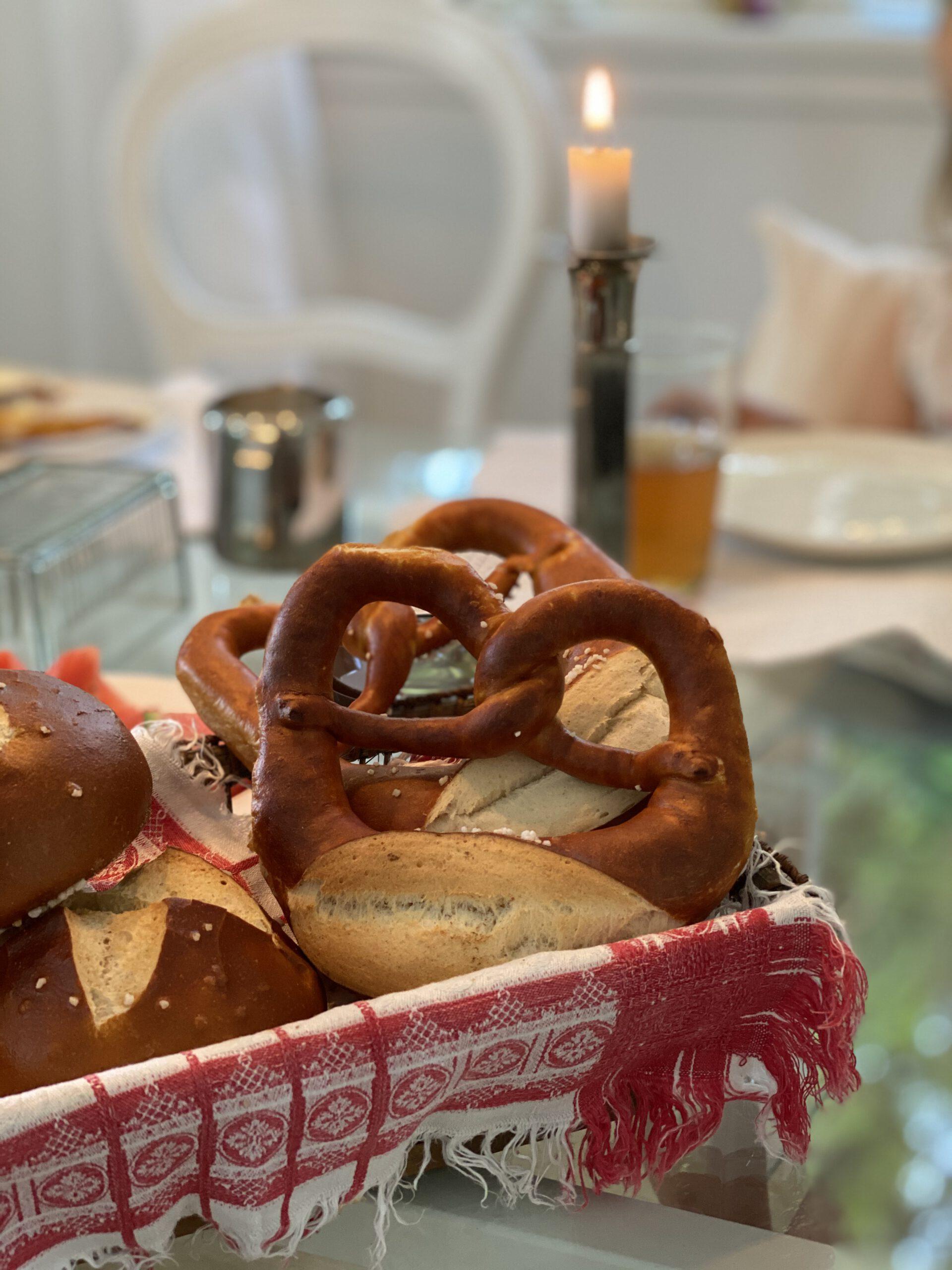Brotkörbchen mit echten schwäbischen Laugenbrezeln auf Frühstückstisch: Glücksmomente der Woche vom 28. Mai bis 3. Juni 2020