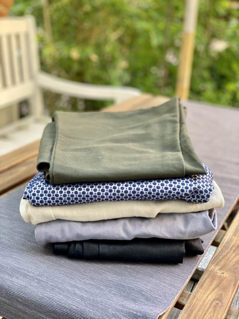 Ein Stapel mit 5 Hosen auf einem Gartentisch - Glücksmomente der Woche vom 11. bis 17. Juni 2020, Nr. 5