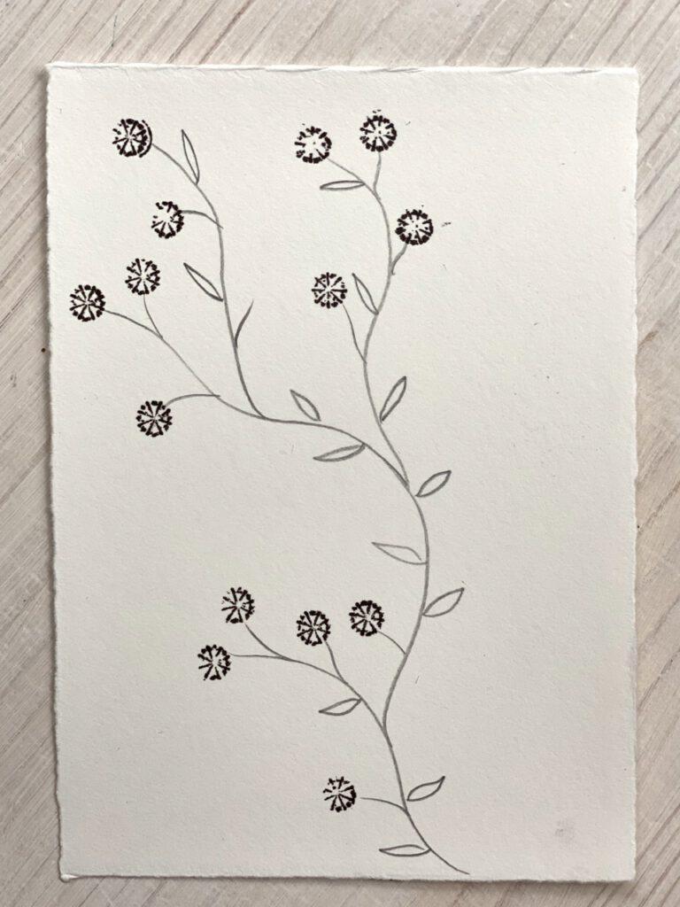Stempeln mit Mohnkapseln: die Stempel ergänzt durch feine Bleistift-Ranken und Blätter