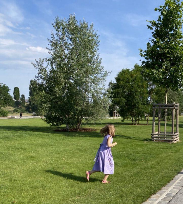Glücksmomente der Woche vom 25. Juni bis 1. Juli 2020, Moment 1: Kind im lila Kleid im neuen großen Mauerpark