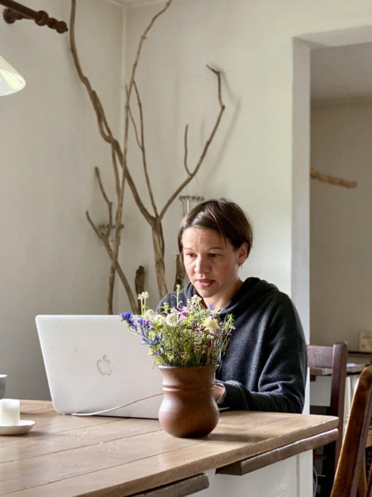 Me-Time trotz Corona geht auch, wenn man arbeitet. Hier ich am Rechner sitzend mit Blumenstrauß auf dem Tisch