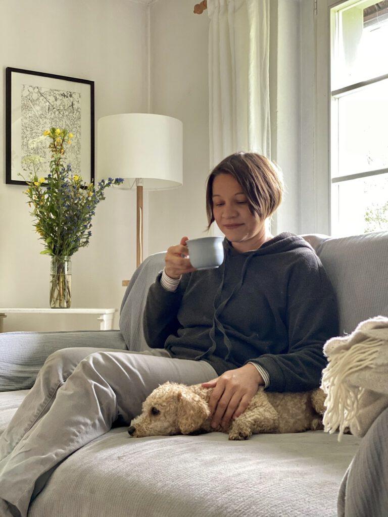Me-Time trotz Corona auf dem Sofa: Einfach mal 10 Minuten lang gar nichts tun. Ich auf dem Sofa mit Teetasse und Hund