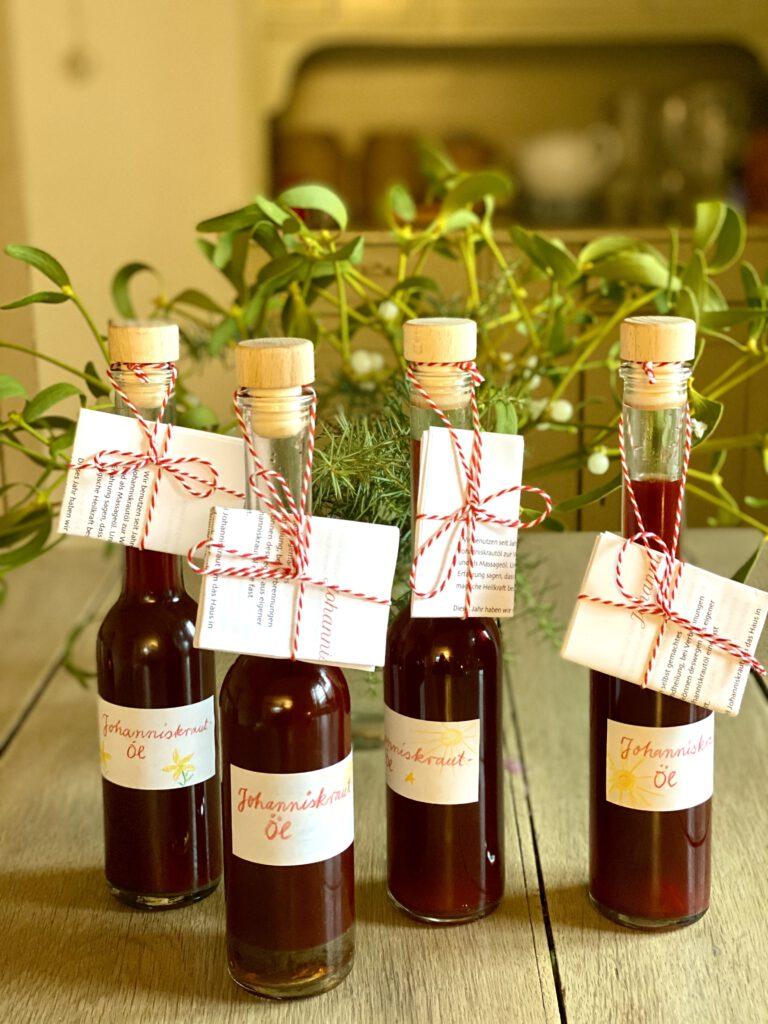 hohe, schmale Flaschen mit Johanniskrautöl und Etiketten