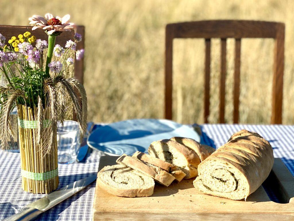 Wildkräuterbrot neben Basteln mit Getreide, auf Tisch auf Kornfeld