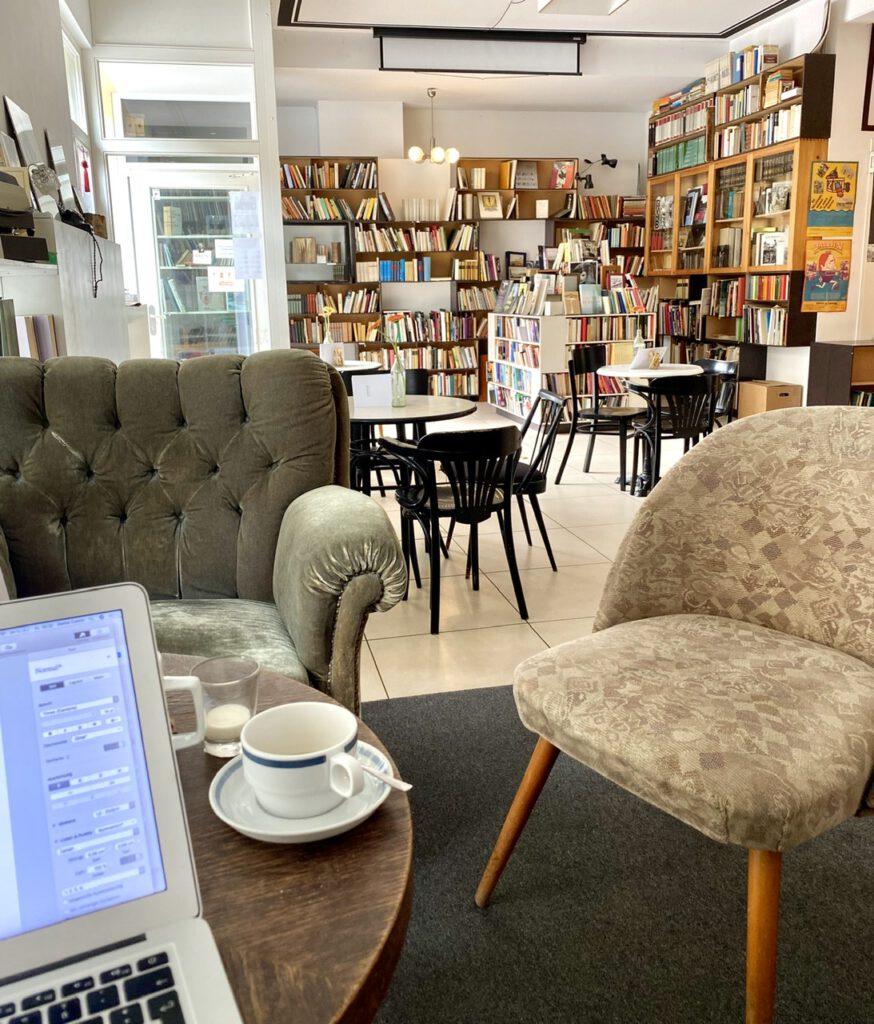 Café mit Buchregalen und alten Sesseln