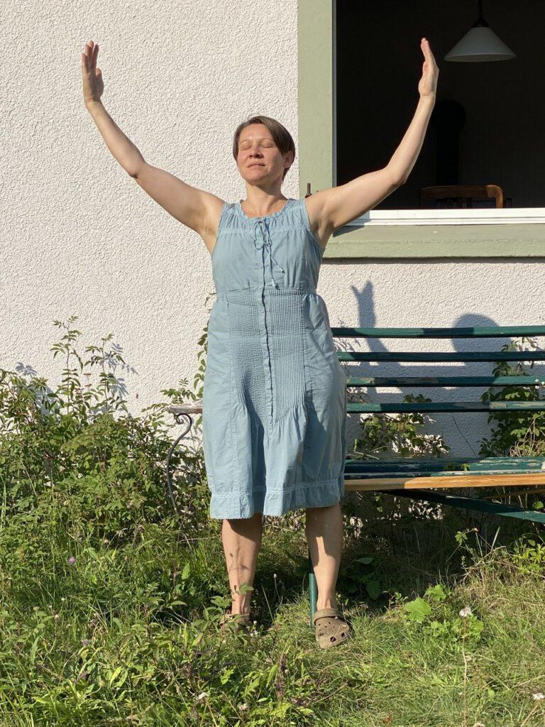 Sonnenyoga: Sich der Sonne entgegenstrecken