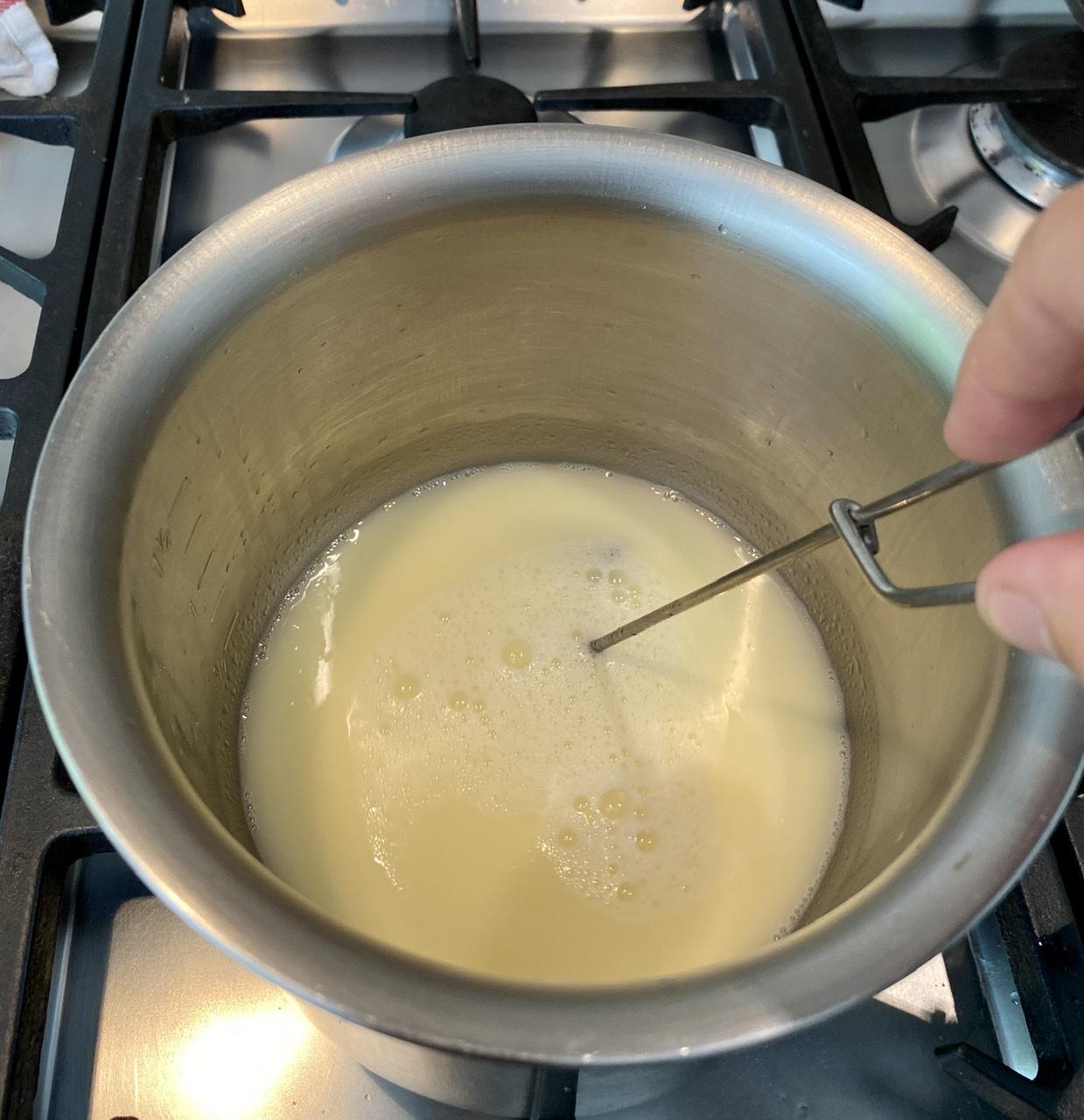 Wenn man das Emulsan einrührt, wird die Flüssigkeit milchig. Sowas erlebt man, wenn man Creme für Mischhaut selber macht.