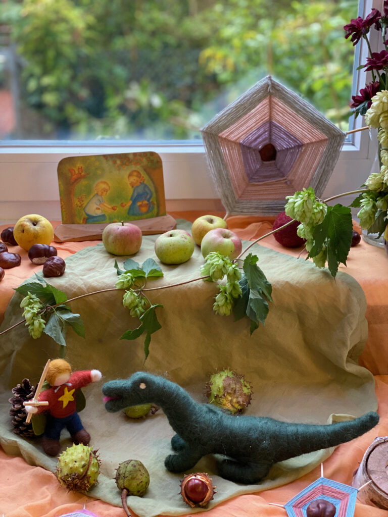 Einige Kastanien-Spinnennetze als Hintergrund eines üppig dekorierten Jahreszeiten-Tisches zum Thema Michaeli