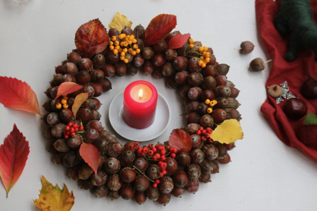 Kranz aus Eicheln mit Kerze in der Mitte von oben