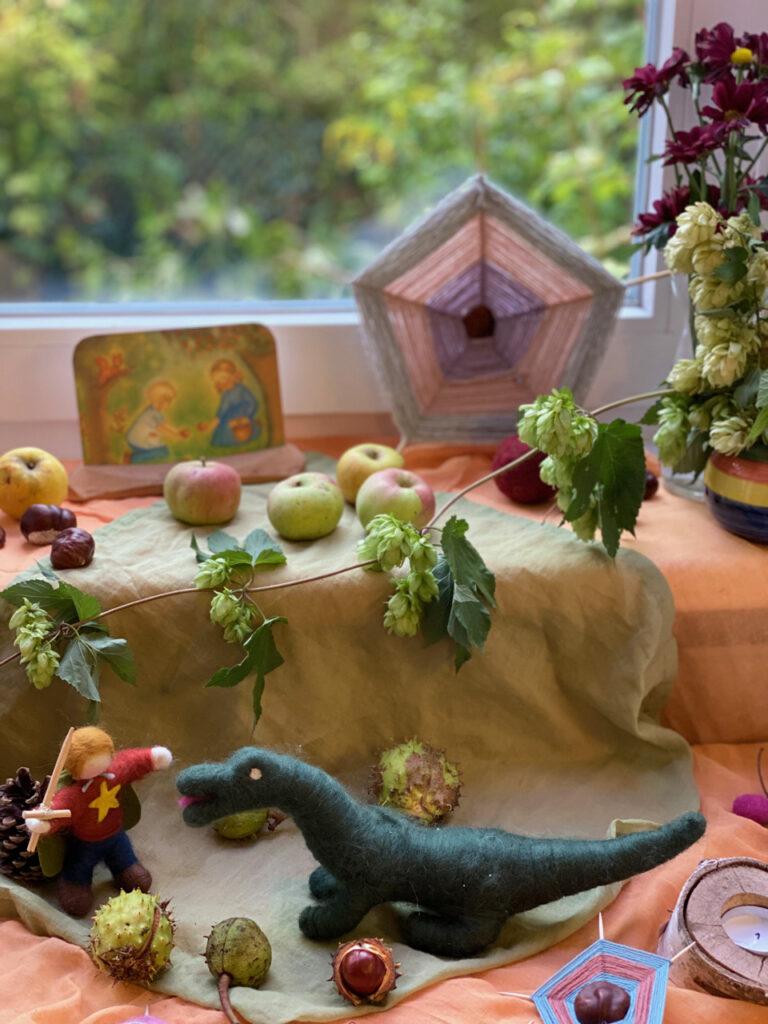 Jahreszeitentisch Michaeli mit Kastanien-Spinnennetz und Filzdrache und Filzritter