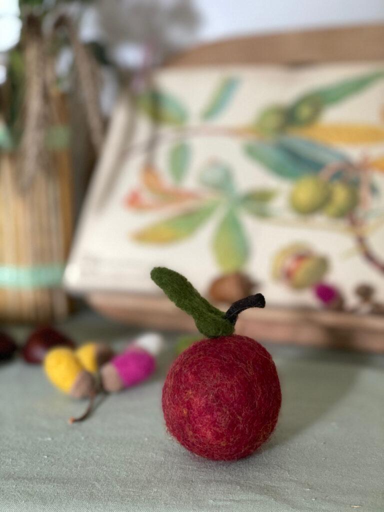 gefilzter Apfel auf dem Jahreszeitentisch zu Michaeli