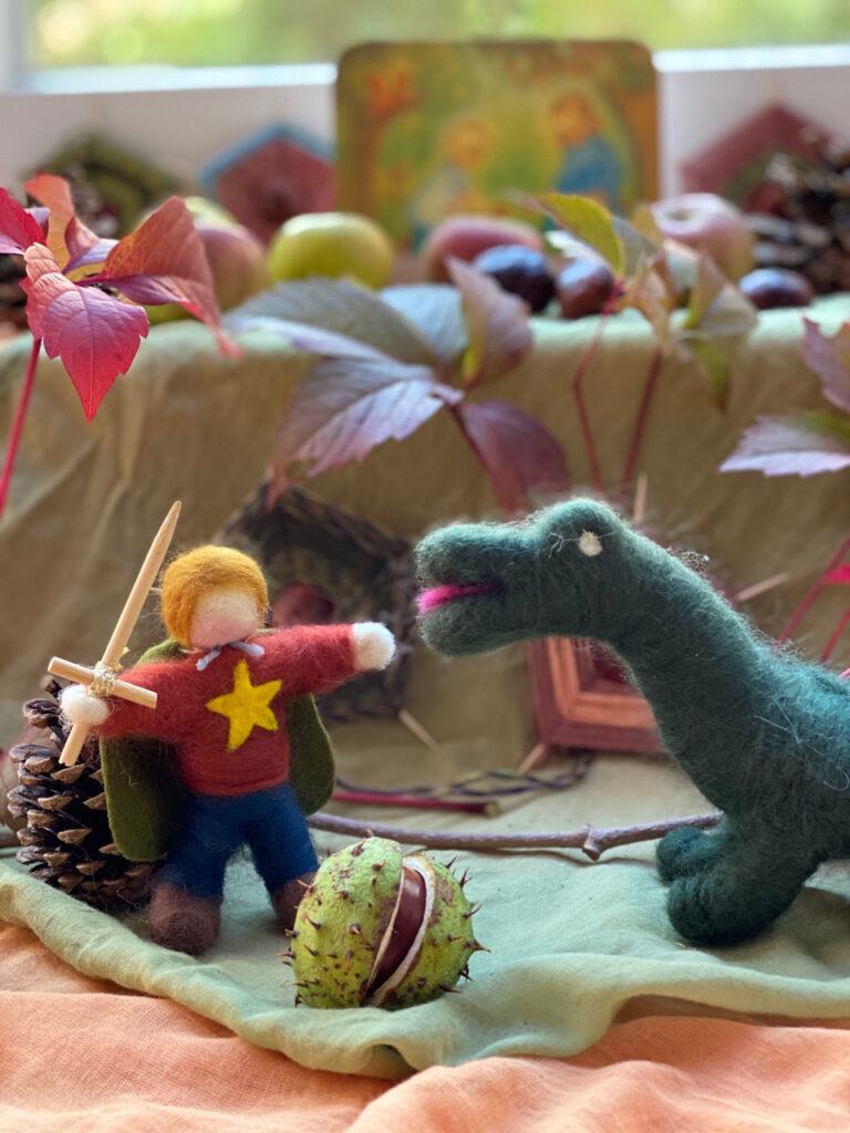 Gefilzter Michael und Drache, aufplatzende Kastanienhülle (Jahreszeitentisch zu Michaeli, Detail)