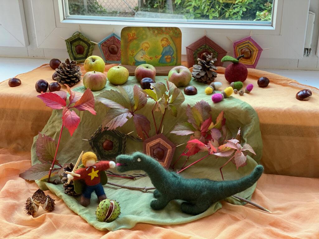 Herbst-Dekoration mit Kastanien-Spinnennetzen: Hier einige Spinnennetze als Hintergrund eines üppig dekorierten Jahreszeiten-Tisches zum Thema Michaeli