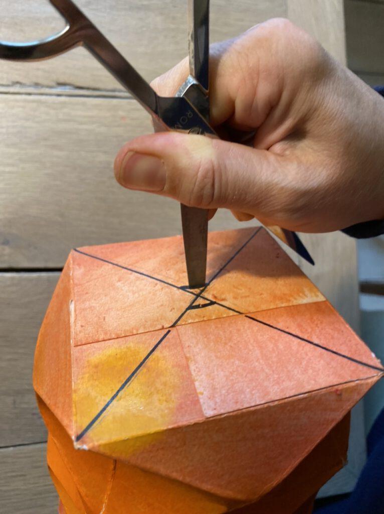 Waldorf-Laterne basteln Schritt 8: Mit einer Schere die Schlitze im Laternen-Boden verbreitern