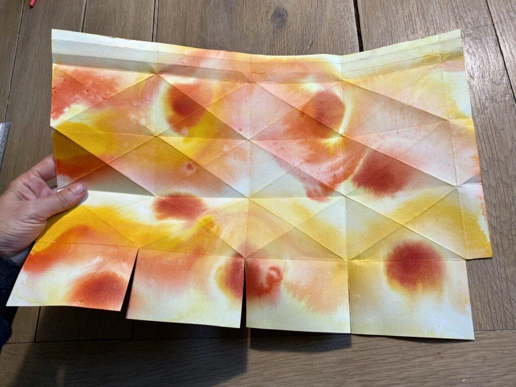 Waldorf-Laterne falten Schritt 2, gefaltetes Papier mit Einschnitten
