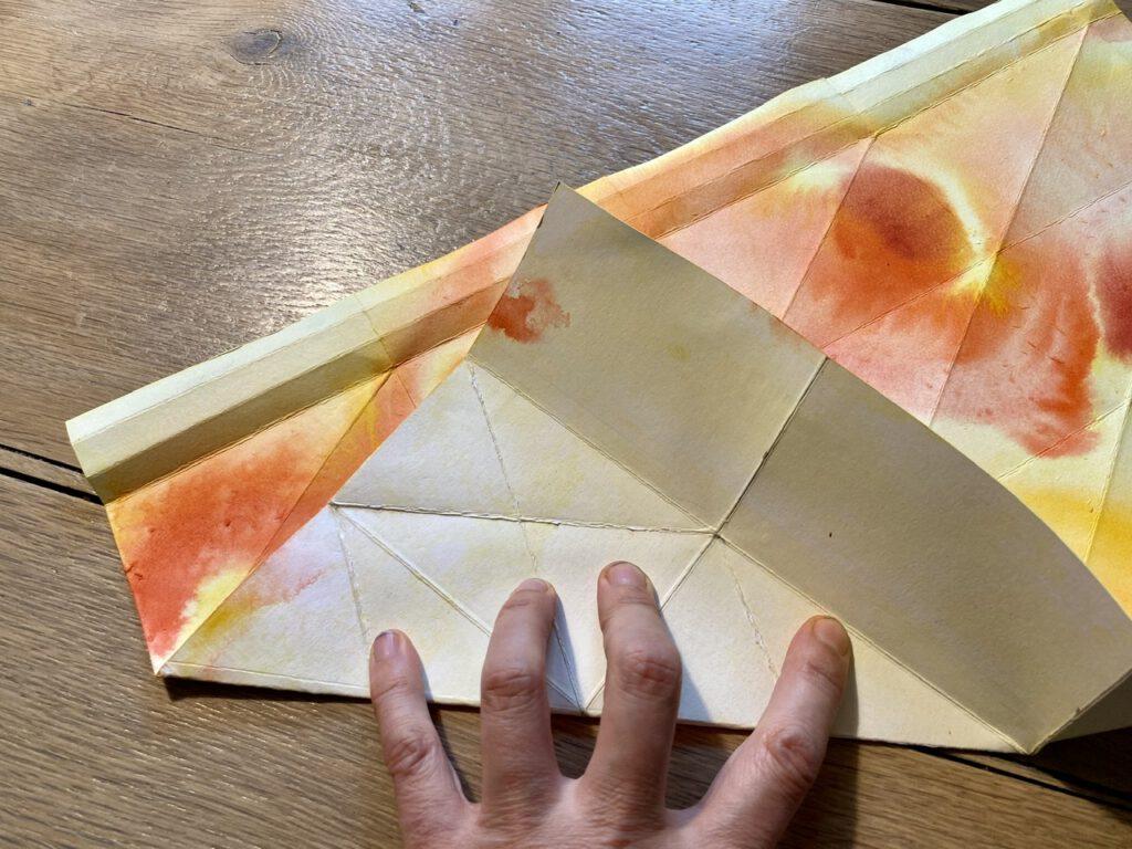 Waldorf-Laterne falten Schritt 2, farbig auf farbig falten